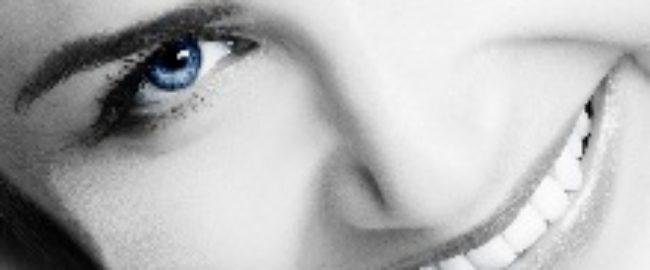 Sorriso con gli occhi blu